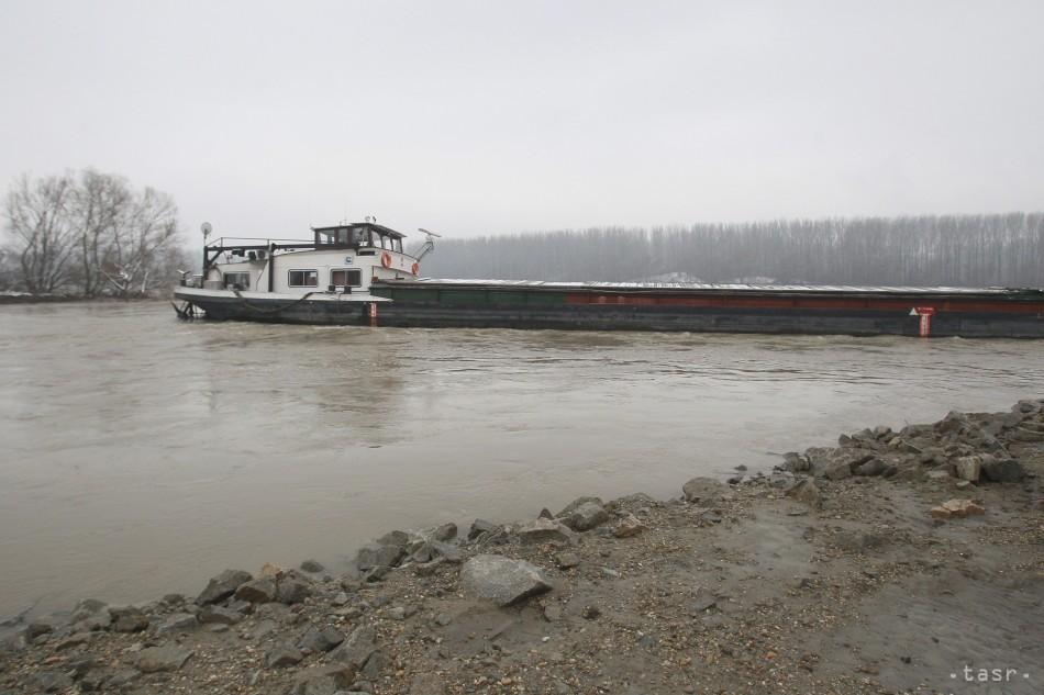Na Dunaji neďaleko Štúrova sa potápa nákladná loď