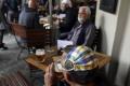 V Anglicku po otvorení pubov zasahovala polícia