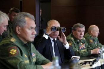 Ruský prezident Vladimir Putin (uprostred), ruský minister obrany Srgej Šojgu (vľavo) a náčelník Generálneho štábu ruských ozbrojených síl Valerij Gerasimov sledujú veľké rusko-bieloruské vojenské cvičenie Západ 2017 neďaleko Petrohradu 18. septembra 2017. Ruský prezident Vladimir Putin navštívil dnes miesto konania veľkých rusko-bieloruských vojenských cvičení Západ 2017, v súvislosti s ktorými vyjadrila Severoatlantická aliancia značné znepokojenie.