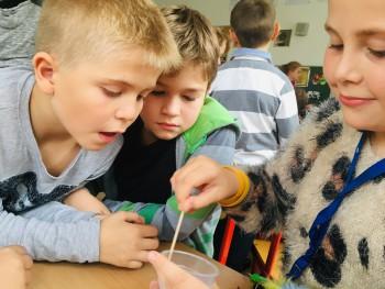 Zábavné experimenty zaujali nadané deti