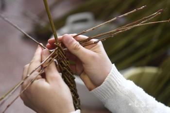 Veľkonočný korbáč si v Považskej Bystrici na seba upletli aj dievčatá