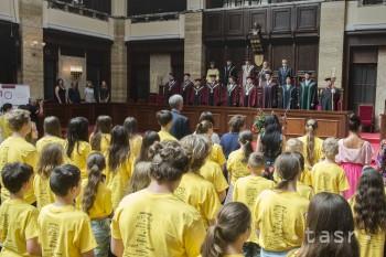 Absolventi DUK ukončili letné vysokoškolské vzdelávanie promóciou