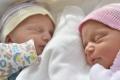 Aj pri dvojičkách môžu poberať materské súčasne obaja rodičia