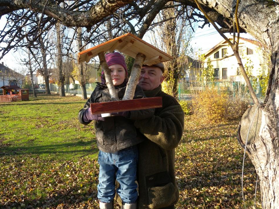 Kŕmidlá pre spevavcov v stredu 27. novembra 2013 osadili v areáli Materskej  školy na Koniarkovej ulici v mestskej časti Vajnory. d02e3328bae