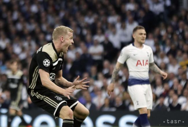 0992093583 Na snímke vľavo hráč Ajaxu Donny van de Beek oslavuje svoj úvodný gól v  prvom zápase semifinále Ligy majstrov Tottenham Hotspur - Ajax Amsterdam v  Londýne ...