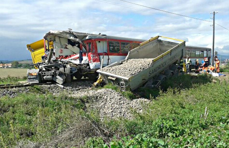Pri Bánovciach sa zrazil vlak s nákladným autom
