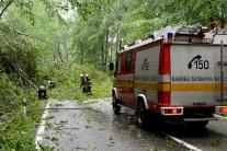 Hasiči dnes museli odčerpávať vodu i dvíhať z áut spadnuté stromy