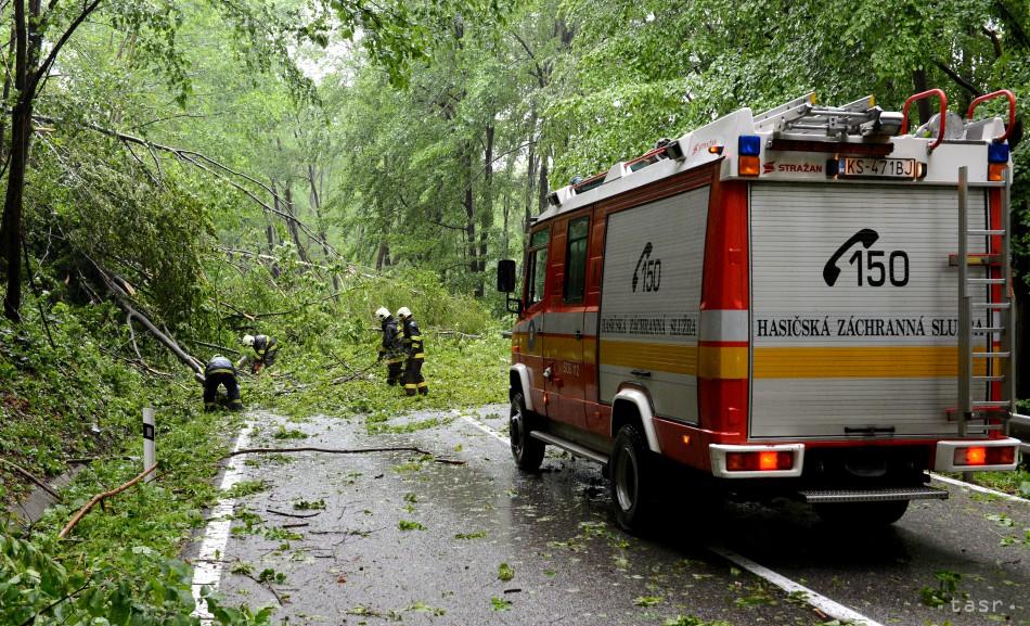 Popadané stromy a stĺpy, Slovenskom sa preháňal prudký vietor