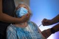 Švédsko ponúkne tretiu dávku vakcíny proti covidu ďalším skupinám