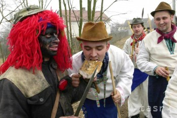 Fašiangy na Slovensku sú tradične veselé, s maskami, šiškami a plesmi