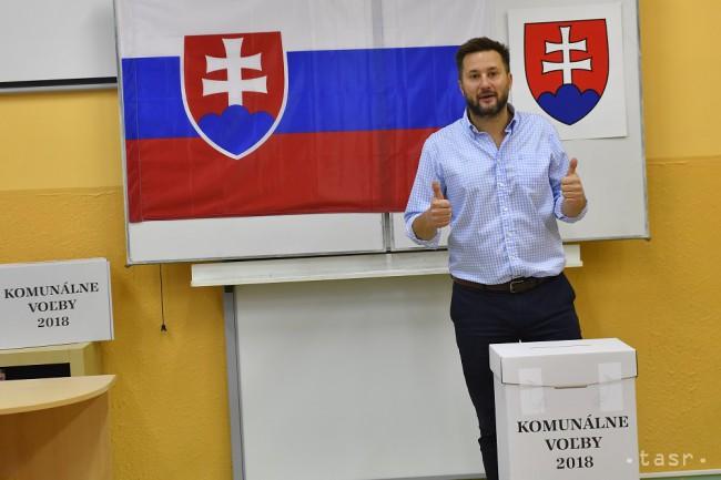 d8d742cb0 Na snímke kandidát na primátora Bratislavy Matúš Vallo vhadzuje hlasovací  lístok do volebnej schránky vo voľbách do orgánov samosprávy obcí v  Bratislave 10. ...