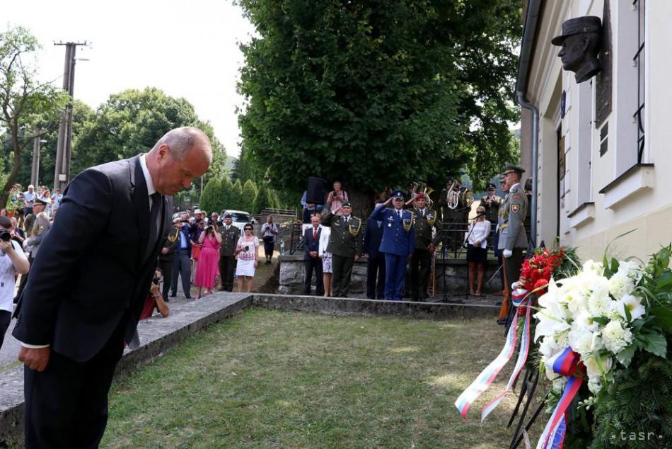 ef81ae4e3 P. Gajdoš položil kvety k pamätníku padlých v obci Skýcov