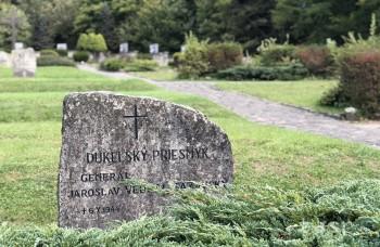 Na cintoríne pri pamätníku na Dukle sú okrem Slovákov pochovaní i Česi