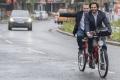 VIDEO: Ministri odložili limuzíny, na rokovanie prišli na bicykloch