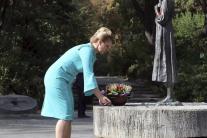 Kladenie venca k Pamätníku obetiam hladomoru