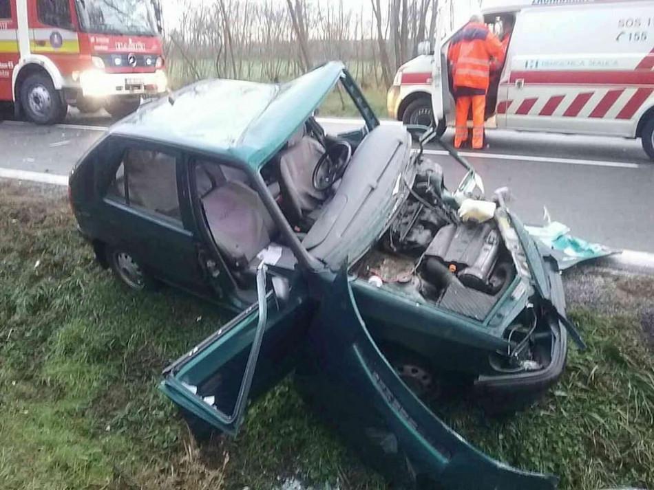 NEŠŤASTIE  Pri obci Štefanov sa zrazili dve autá eb49e35037d