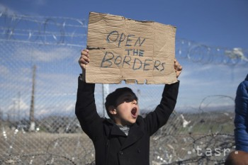 V maďarskom tábore sa migranti na protest vyhrážali skokom z vlaku