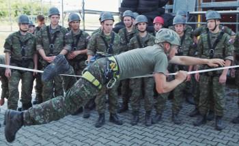 Študenti si vyskúšali na Lešti vojenský výcvik