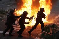 Horiaca barikáda počas masových protestov v Barcel