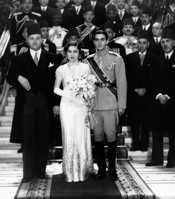 7f719dd989ec Na archívnej snímke z 15. marca 1939 iránsky princ Šach Mohammad Rezá  Pahlaví (vpravo) a princezná Fawzija počas sobáša v Káhire.