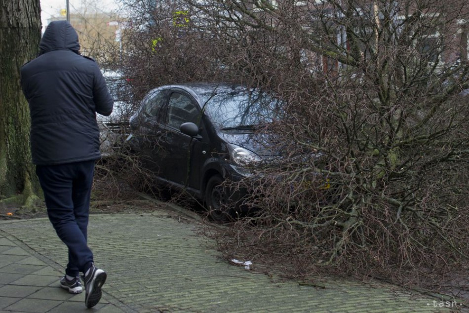 Silná víchrica narušila v Európe dopravu, vyžiadala si už 7 životov