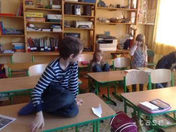 Deti sa v škole na komunitných lazoch v Zaježovej učia v prírode