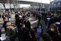 Ľudia čakajú  na očkovanie v Belehrade
