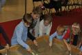 Školáci si vykopali a očistili časť kostry dinosaura.