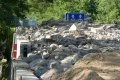 Stotonové skalné bralo cestu pod Strečnom nepoškodilo