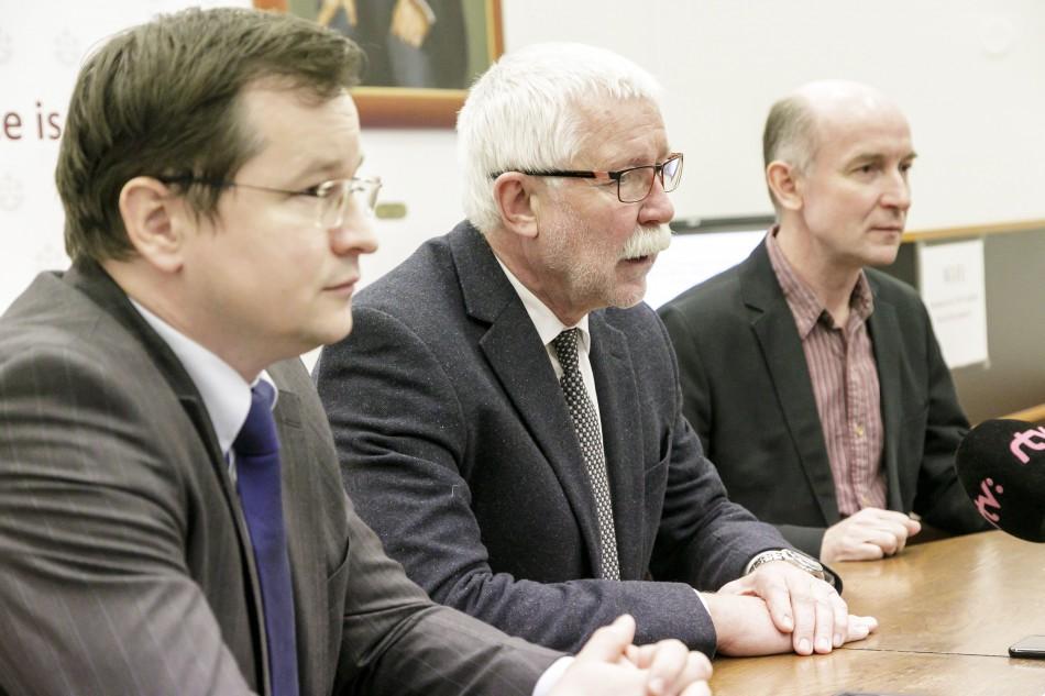 Na snímke zľava vedúci Inštitútu strategických analýz Slovenskej akadémie  vied (SAV) Juraj Draxler 1f4834abbe0