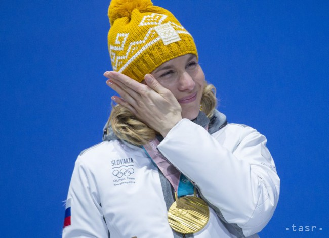 Slovenská biatlonistka Anastasia Kuzminová si utiera po prevzatí zlatej  olympijskej medaily 59d203158f6