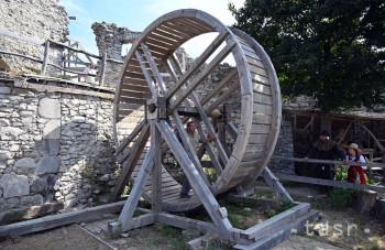 Jedným z lákadiel Vinianskeho hradu je stredoveký šliapací žeriav