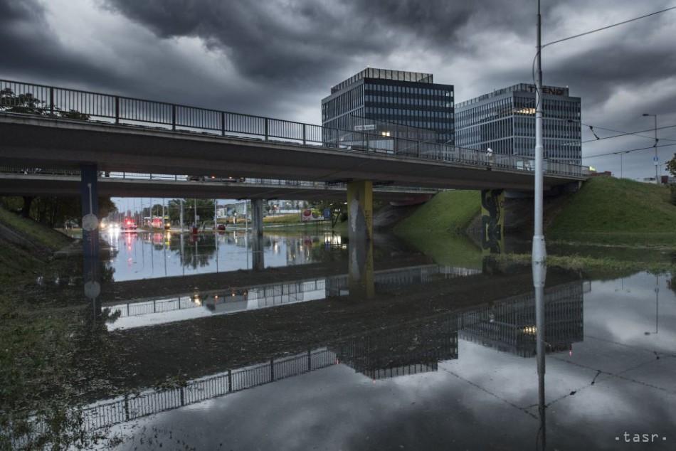 SLEDOVALI SME  Západ Slovenska zasiahli v sobotu silné búrky a96e639ad6b