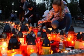 Na hroboch sa rozsvietili sviečky a ich svit oživil spomienky