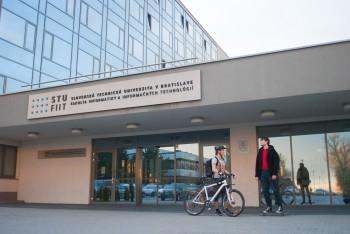 STU udelí čestný doktorát Bebovi Whiteovi, ktorý stál pri zrode webu