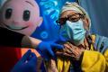 Izrael ponúkne tretiu dávku vakcíny osobám starším ako 60 rokov