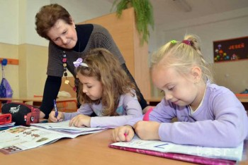Opozícii sa pozdáva zavedenie vekového stropu učiteľov, súhlasí aj SKU