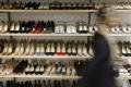 Výrobca luxusnej obuvi Jimmy Choo je na predaj