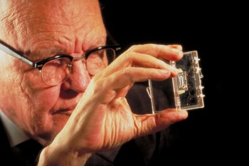 Jack Kilby vymyslel integrovaný obvod a dostal Nobelovu cenu