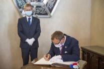 Boris Kollár sa podpisuje do pamätnej knihy