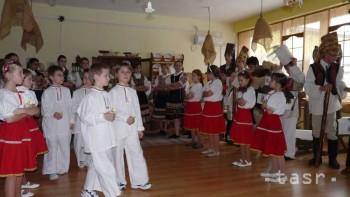 Školáci predviedli škôlkarom vianočné koledy s Kubom