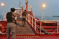 Ozbrojenci prepustili ôsmich zadržiavaných členov posádky tankeru