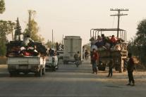 Sýrčania utekajú pred tureckou paľbou