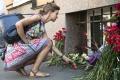 Časť dovolenkárov Barcelonu predčasne opúšťa, iní ostávajú