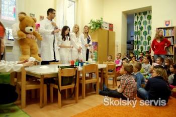Študenti medicíny liečia plyšové hračky v Nemocnici u medvedíka