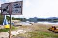 FOTO: Hladina Nosickej priehrady znemožňuje rybolov, hrozí aj úhyn rýb