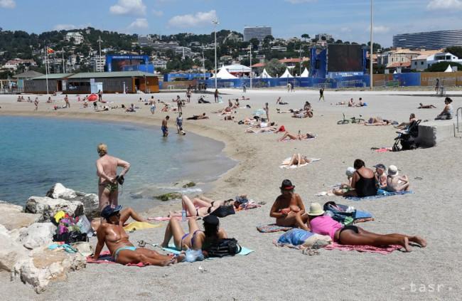 Slováci na dovolenke čoraz viac využívajú platbu kartami a mobilom