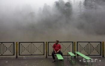 Na snímke muž sedí na lavičke na brehu malého jazera v indickej Dharmsale 17. júla 2018.