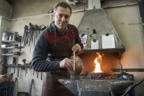 VIDEO: Slovenský kováč tvorí veľkonočný dar pre pápeža