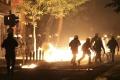 V centre Atén vypukli nepokoje, do policajtov hádzali zápalné fľaše